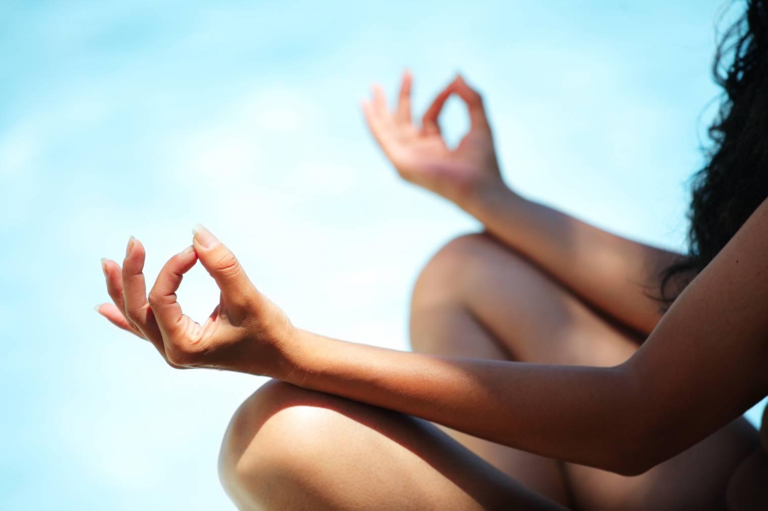 Yoga nu : Pourquoi faire son yoga nu ? Quels bienfaits ?